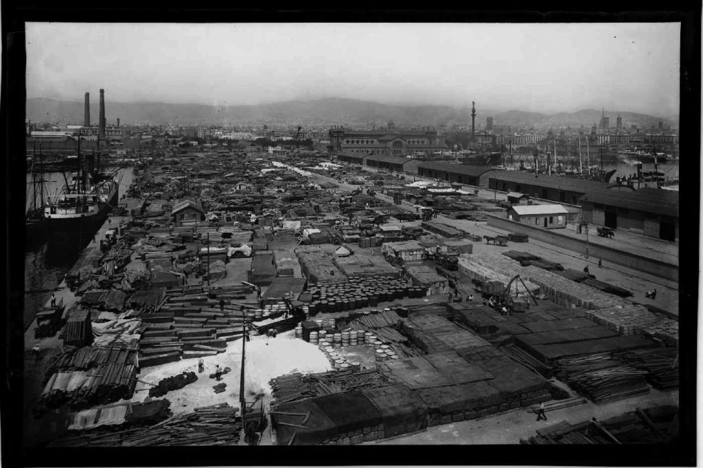 Mercancías acumuladas en los muelles del puerto de Barcelona con motivo de una huelga de transporte, año 1923