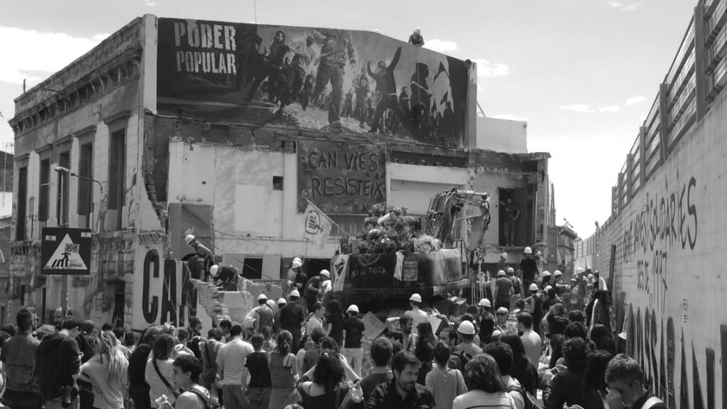 """""""Dejadnos reconstruir Can Vies en paz"""", reclamaron las más de 500 personas que el sábado 31 de mayo se movilizaron para recuperar el espacio"""